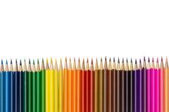 31/5000 tsvetnyye karandashi na belom fone上色了在白色背景的铅笔 图库摄影