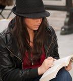 tät avläsning för stad upp stads- kvinna Arkivfoto