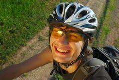 tät cyklist som ler upp Royaltyfri Bild