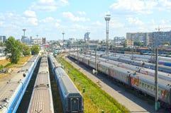 täta daglinjer järnväg spåriner upp två drev Royaltyfri Fotografi
