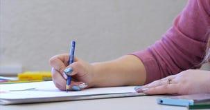 艺术家,妇女艺术家的年轻手绘与石墨铅笔的一块帆布,ttable和凹道坐帆布 股票录像