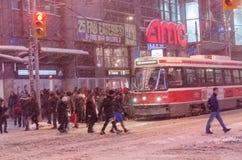 TTC路面电车和乘客在期间降雪在多伦多 免版税库存图片