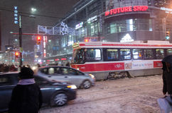 TTC路面电车和乘客在期间降雪在多伦多 库存照片