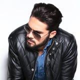Tête d'un homme de mode avec la barbe regardant au côté Photo stock
