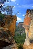 Tête de Burramoko et roche accrochante dans l'Australie bleue de montagnes de NSW Photo stock