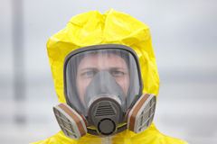 Tête de l'homme dans le masque de gaz moderne Photographie stock