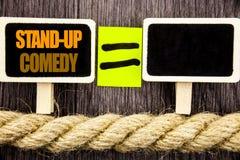 Ttext陈列站立喜剧 企业概念为娱乐俱乐部乐趣展示在黑板等式spac写的喜剧演员夜 免版税库存照片