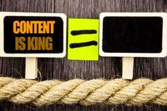 Ttext, das Inhalt zeigt, ist König Geschäftskonzept für Online-Marketings-Informationsverwaltung mit cms oder Seo Data geschriebe stockfotografie