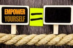 Ttext het tonen machtigt zich Bedrijfsconcept voor Positieve Motivatieraad voor Persoonlijke die Ontwikkeling op Bord Equ wordt g stock foto