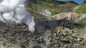 Tätigkeit von den natürlichen vulkanischen heißen Quellen, die Wolken des heißen Dampfs und des Gases ausbrechen stock footage