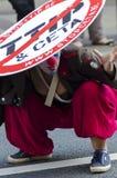 TTIP-SPIEL ÜBER Aktivisten in der Aktion während einer allgemeinen Demonstration Lizenzfreie Stockfotografie