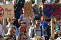 TTIP-SPIEL ÜBER Aktivisten in der Aktion während einer allgemeinen Demonstration Lizenzfreies Stockbild