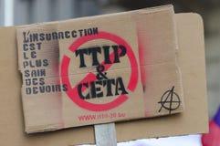 TTIP-SPIEL ÜBER Zeichen während einer allgemeinen Demonstration in Brüssel Stockbild