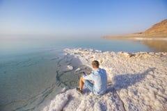 Ttourist på kust av död Dea Jordanienlandskap royaltyfria bilder