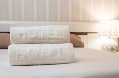 Ttowels i hotellrummet arkivbilder