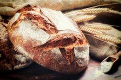 Ttraditional chleb w nieociosanym położeniu obraz stock