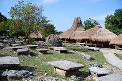 Ttraditional-sumba Häuser und kulturelle Steinmegalithengräber stockbilder
