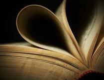tätt gammalt för bok som öppnas upp Royaltyfria Bilder