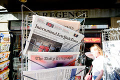 Títulos del título del newspapper de las revistas de Major International sobre b Fotos de archivo