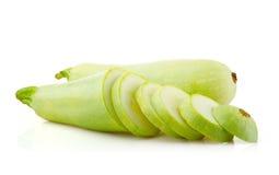 Tuétano y rebanadas de las verduras frescas en blanco Imagen de archivo
