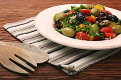 Tuńczyk sałatka z czereśniowymi pomidorami, fasolami i oliwkami, Obraz Stock