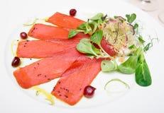 Tuńczyka carpaccio na talerzu obrazy stock