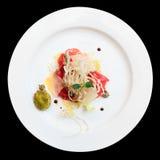 Tuńczyka carpaccio na talerzu odizolowywającym nad czernią zdjęcie royalty free