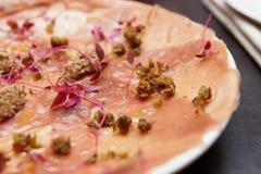 Tuńczyka carpaccio z truflową pastą i kaparami zdjęcie royalty free