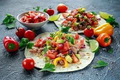 Tuńczyka Tortilla z avocado, świeży salsa, wapno, zielenie, pietruszka, pomidory, czerwony koloru żółtego pieprz kolorowe warzyw Zdjęcie Stock