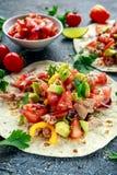 Tuńczyka Tortilla z avocado, świeży salsa, wapno, zielenie, pietruszka, pomidory, czerwony koloru żółtego pieprz kolorowe warzyw Fotografia Stock
