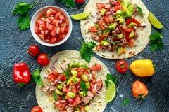 Tuńczyka Tortilla z avocado, świeży salsa, wapno, zielenie, pietruszka, pomidory, czerwony koloru żółtego pieprz kolorowe warzyw Obrazy Stock