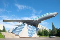 Tu-104a памятник к построителям двигателя Рыбинска на солнечном утре в июле Стоковое Изображение RF