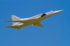 Tu-22M en el cielo azul imágenes de archivo libres de regalías