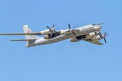 Tu-95MS en el cielo azul fotografía de archivo