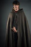 Tułaczy mężczyzna w woolen przylądku z kordzikiem Obraz Royalty Free