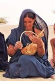 TUAREG kobiety BAWIĆ SIĘ CHWALI W SAHARA Zdjęcia Royalty Free