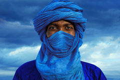 Tuareg man. TIMBUKTU, MALI Tuareg blue turban in the desert dunes of Timbuktu stock photo