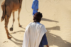 Tuareg mit seinem Kamel Stockfotografie