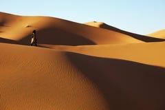 Tuareg op de woestijn stock foto's
