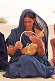 TUAREG-VROUWEN SPEELlofzang IN DE SAHARA Royalty-vrije Stock Foto's