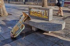Tuba bonita e brilhante que descansa em um banco de pedra com o ornamento na plaza de Zocodover, Espanha imagem de stock