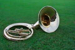 Tuba die op het gras ligt stock afbeeldingen