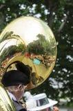 Tuba die op toeschouwers wijzen royalty-vrije stock foto's