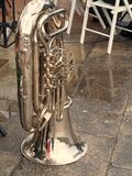 Tuba op de straatstenen in de regen Stock Afbeeldingen