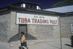 Tuba Trading Post-Zeichen gemalt auf Backsteinmauer des luftgetrockneten Ziegelsteines des Gebäudes Stockfotos