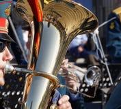 Tuba y músico de banda de metales militar Imagen de archivo