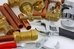 Tubagem nova e encaixes de cobre prontos para a construção Fotos de Stock