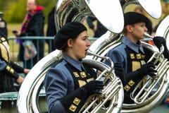 Tubas de la banda en el desfile de Philly Imagen de archivo