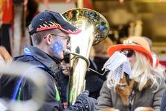 Tubaspeler in kleurrijke het marcheren band bij Carnaval-parade, Stuttg Royalty-vrije Stock Afbeeldingen