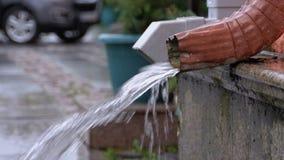 Tubatura dell'acqua durante la pioggia stock footage